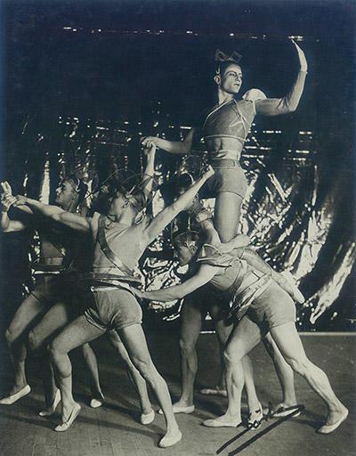 イソップの寓話を原作とした『牝猫』の舞台写真。構成主義の美術家のガボとペヴスナーの兄弟がデザインした装置と衣装の一部にセルロイドが使われた。リファールはこのバレエで大成功を収めている。