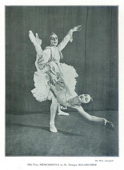 1925年6月、パリのゲテ・リリック座での公演プログラムより、バランシンの珍しい舞台写真。右はヴェラ・ネムチノワ。