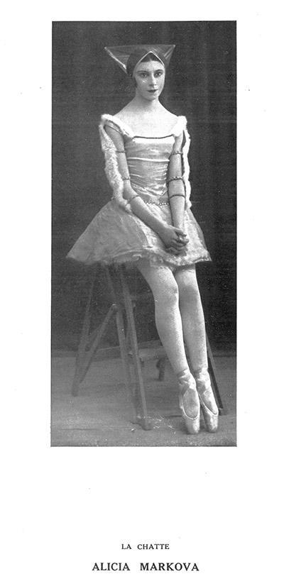 1928~29年のパリ・オペラ座公演プログラムより『牝猫』。女神の力で娘に変身した猫の役は、マルコワの当たり役だった。