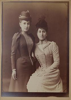 ポートレート―姉ユーリヤ(右)と