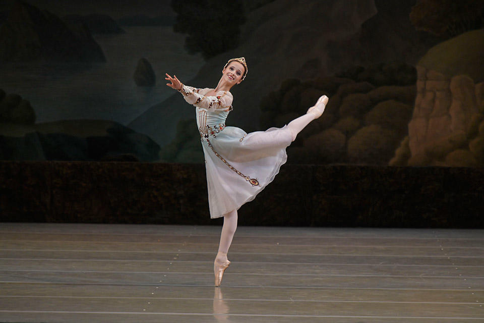 Swan-Lake-by-Valentin-Baranovsky-©-State-Academic-Mariinsky-Theatre-(3).jpg