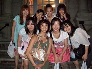 左から 占部 由佳子、占部 由稀、宮脇 咲良、友谷 真実、古垣 未来、濱口 有衣、鈴木 彩花、井上 菜月