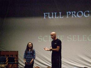 オリジナルキャストが『ウイキッド』の 舞台裏の映像を見せながら教える