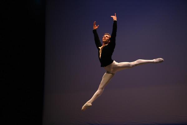 イスタンブール・インターナショナル・バレエ・コンペティション シニア部門/1位 アヴェティク ・カラテヤン(アルメニア) Photo:(C) Yasar Saracoglu
