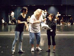 模擬オーディションの稽古 左から通訳の山口マキ、演技と歌の先生、Sandy Faison、宮脇咲良
