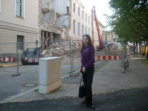 壊されている国立歌劇場の楽屋の前で