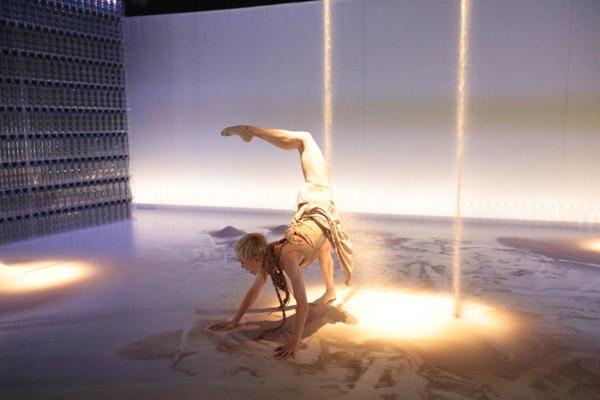 見世物小屋シリーズ第3弾Noism1『Nameless Voice~水の庭、砂の家』 演出振付:金森穣(2012年) 撮影:篠山紀信