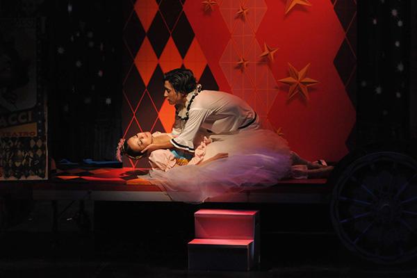 カニオはネッダを刺した後、自分の部屋に連れ込む 撮影/スタッフ・テス 谷岡秀昌