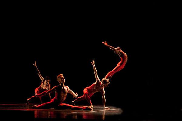 「死が私に語りかけるもの」 (C)Béjart Ballet Lausanne/Jessica Hauf