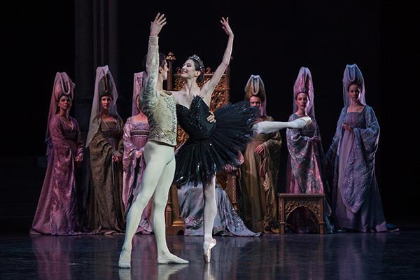 「白鳥の湖」オニール八菜、ヤニック・ビッテンクール  (C) Ann Ray / Opéra national de Paris