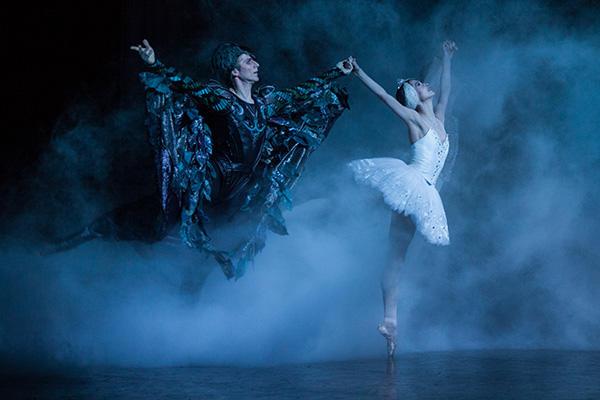 「白鳥の湖」オニール八菜、カール・パケット (C) Ann Ray / Opéra national de Paris