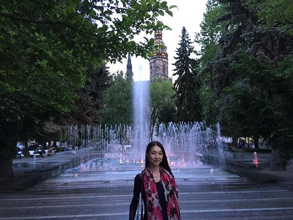 劇場向かいの噴水 (C) Emi Hariyama