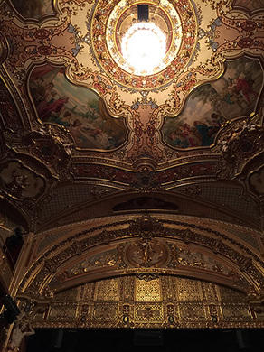 劇場の天井 (C) Emi Hariyama