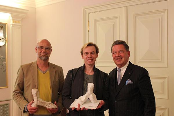 ウラジーミル・マラーホフ、 Joerg Woltmann ( KPM社長)、 Thomas Wenzel (デザイナー)