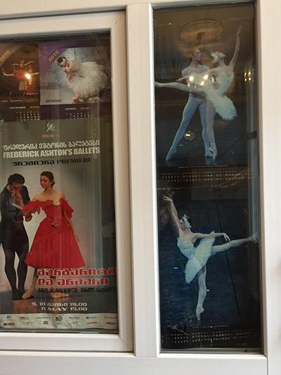 グルジア国立バレエ学校の入り口ポスター