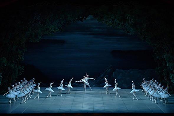『新・白鳥の湖』オデット:ジョイ・ウォマック、王子ジークフリード:ワディム・ソロマハ