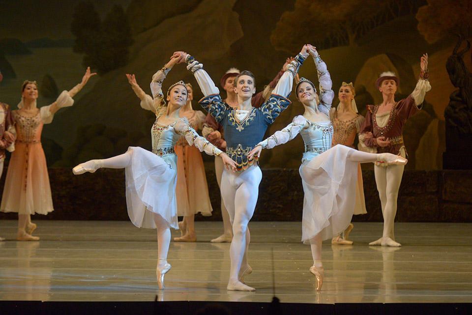 M.-Nagahisa,-Y.-Konovalov-_-Y.-Selina-in-Swan-Lake-by-Valentin-Baranovsky-©-State-Academic-Mariinsky-Theatre-(3).jpg