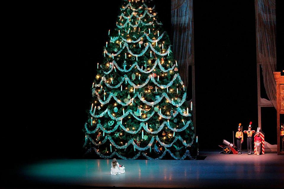 New-York-City-Ballet-in-George-Bal-anchine's-The-New...paul-Kolnik.jpg