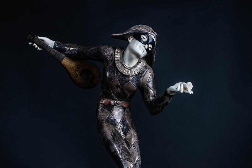 Harlequin-Statue.-Credit-Dance-Gazette_Ali-Wright.jpg