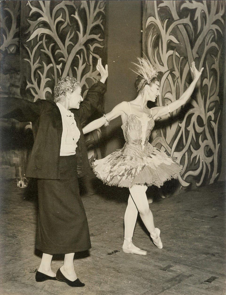 Karsavina-coaching-Fonteyn-in-role-of-The-Firebird.-Photo-by-Douglas-Elston,-1954.jpg