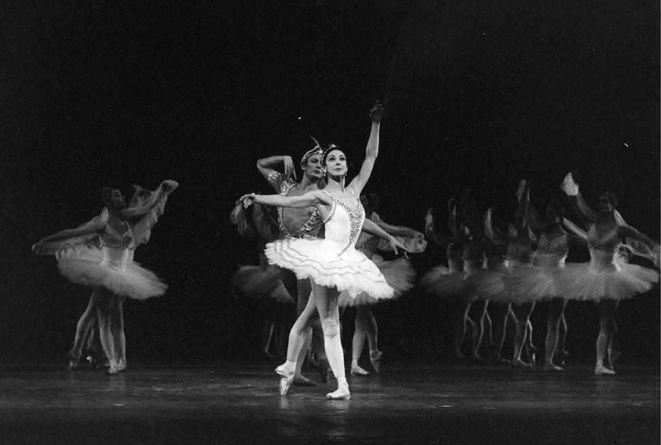 LA-BAYADERE,-Music-by-Minkus,-Choreographed-by-Petipa.-Margot-Fonteyn-and-Keith-Rosson,-The-Royal-Ballet-at-the-Royal-Opera-House,-London-,-UK,-1970_2.-Credit-G.B.L.-Wilson,-Royal-Academy-of-Dance,-ArenaPAL.jpg