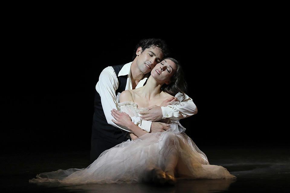 OPB-Etoile-de-l'Opera----c--Svetlana-Loboff-La-Dame-aux-camelias-Laura-Hecquet--Stephane-Bullion.jpg