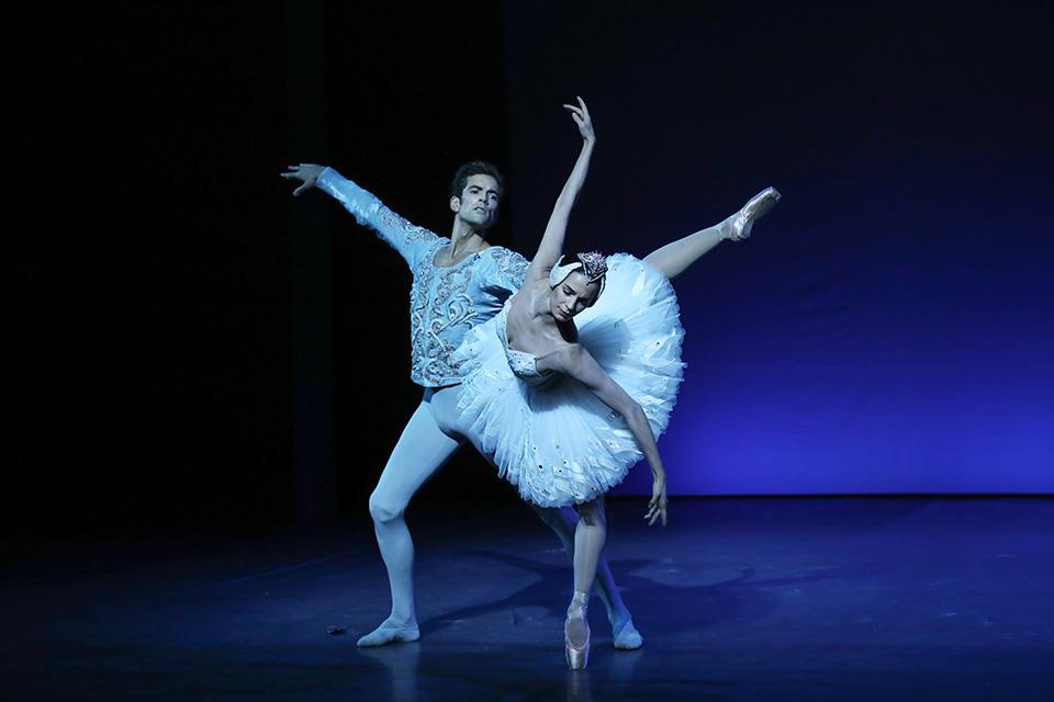 OPB-Noureev--c-Svetlana-Loboff-Le-Lac-des-cygnes---Albisson--Bezard-.jpg