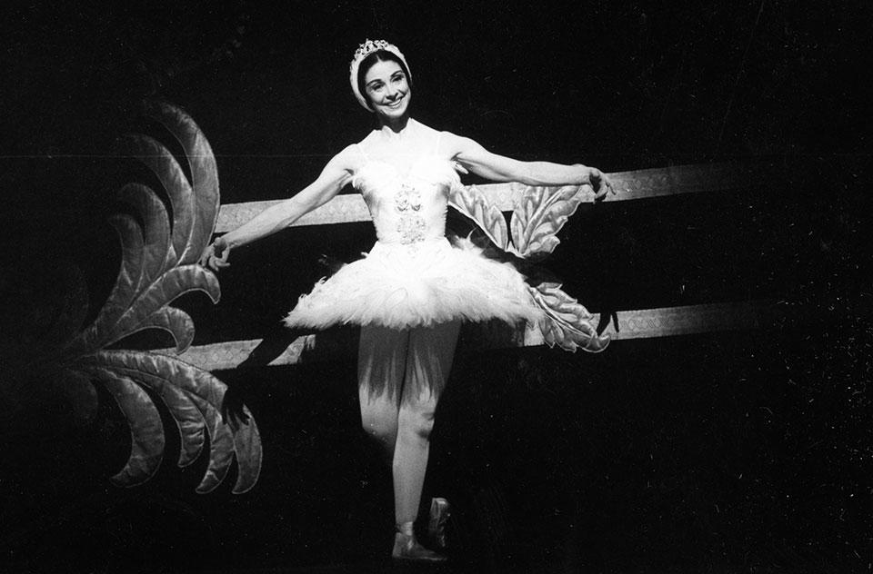 SWAN-LAKE-CURTAIN-CALL-Dame-Margot-Fonteyn,-The-Royal-Ballet-at-the-Royal-Opera-House,-London,-UK,-1971_Credit-G.B.L.-Wilson,-Royal-Academy-of-Dance.jpg