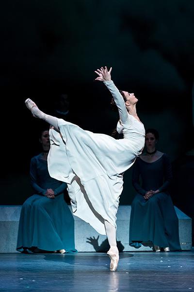 Royal Ballet act 1  Lauren Cuthbertson photo by Darren Thomas