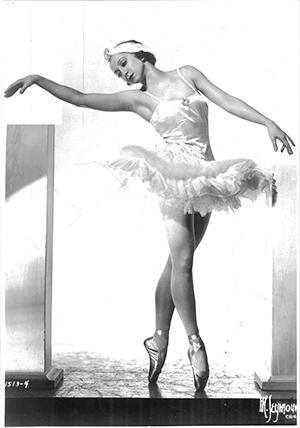 オデットを演じるアレクサンドラ・ダニロワ 1930年代(PH-D-058-03  ©Maurice Seymour)