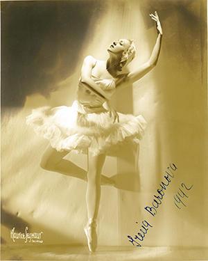 オデットを演じるイリーナ・バロノワ(1919-2008)1930年代。1942年のサイン入り(PH-C-11-043ws  ©Maurice Seymour)