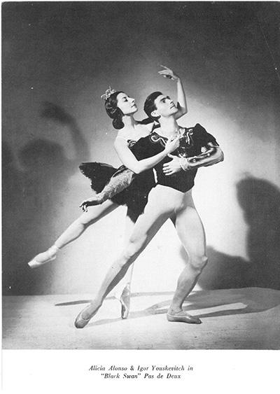 「黒鳥のグラン・パ・ド・ドゥ」を踊るアリシア・アロンソ(1921-)とイーゴリ・ユスケーヴィチ(1912-1994)