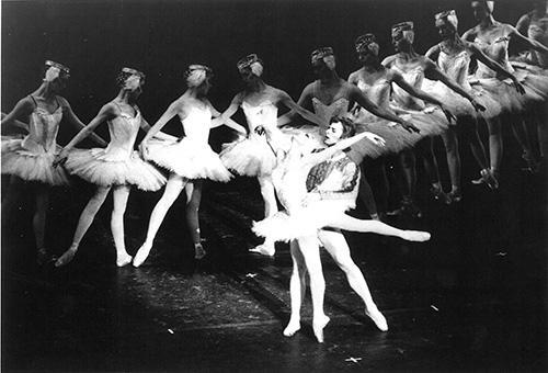 ABTで『白鳥の湖』を踊るナターリヤ・マカロワ(1940-)とミハイル・バリシニコフ(1948-)
