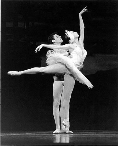 ボストン・バレエで『白鳥の湖』を踊るニーナ・アナニアシヴィリ(1963-)とフェルナンド・ブホネス(1955-2005)