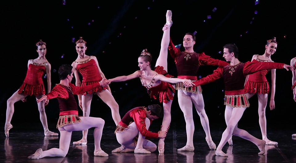 Jewels-Rubies-Cor.-George-Balanchine-ク-The-Balanchine-Trust----al-centro-Virna-Toppi-foto-Brescia-e-Amisano-Teatro-alla-Scala.jpg