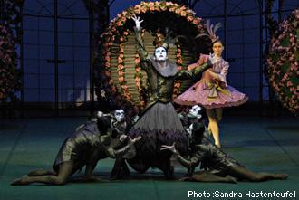 ベルリン国立バレエ団『眠れる森の美女』 ミカエル・バンツエフ(中央)