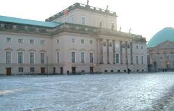 雪の日と、氷で張り付いた日の国立歌劇場。通勤路です。