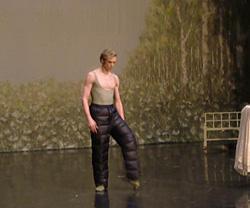 オネーギンの本番前に舞台上で調整中の マラーホフとサビナ先生