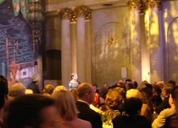 パーティで、後方は演説するマラーホフ