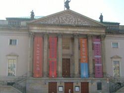 ベルリン歌劇場 シンデレラとオペラマリアシュツアーダなどの垂れ幕