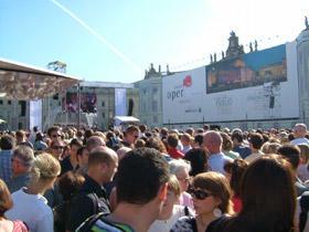国立歌劇場横広場でオープンコンサート