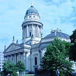 ベルリンの街並み。中央はベルリン国立歌劇場。