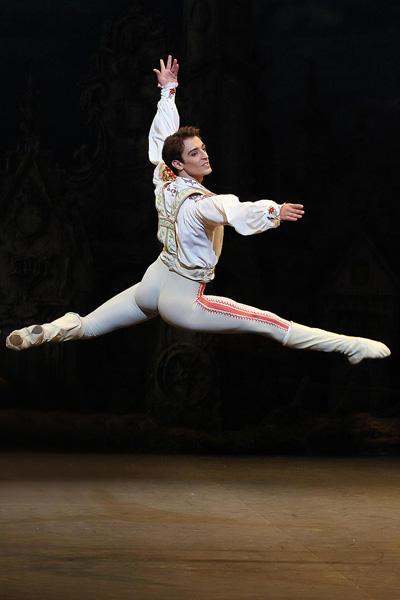 イングリッシュ・ナショナル・バレエ『コッペリア』 フェルナンド・ブッファラ photo/Angela Kase