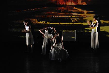 パフォーミング・アーツ・ガーデン2011 Water drops Contemporary Dance Company 撮影:加藤光