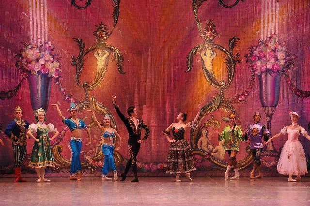 『くるみ割り人形』スペインの踊り(チョコレートの精):太田由子、ヴィクトル・ガツェリュク 撮影:田中聡(テス大阪)