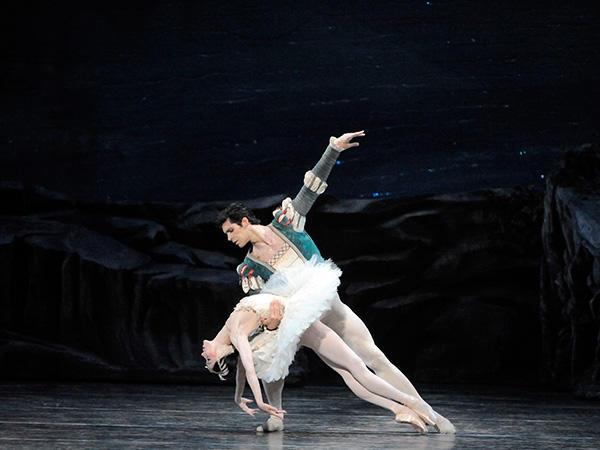 『白鳥の湖』ヒー・セオ、ロベルト・ボッレ Photo: Gene Schiavone.