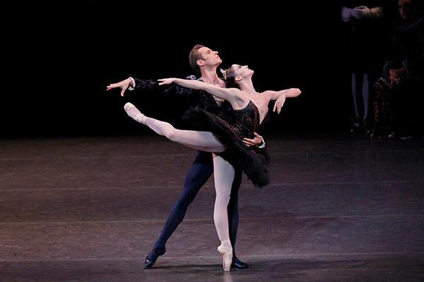 ニューヨーク・シティー・バレエ「白鳥の湖」アシュリー・ボーダー、アンドリュー・ヴィエッテ Photo:Paul Kolnik