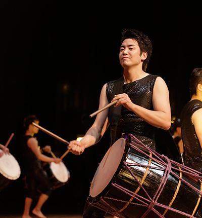 坂東玉三郎の演出による鼓童の『打男/DADAN 2017』がニューヨーク公演で喝采を浴びた
