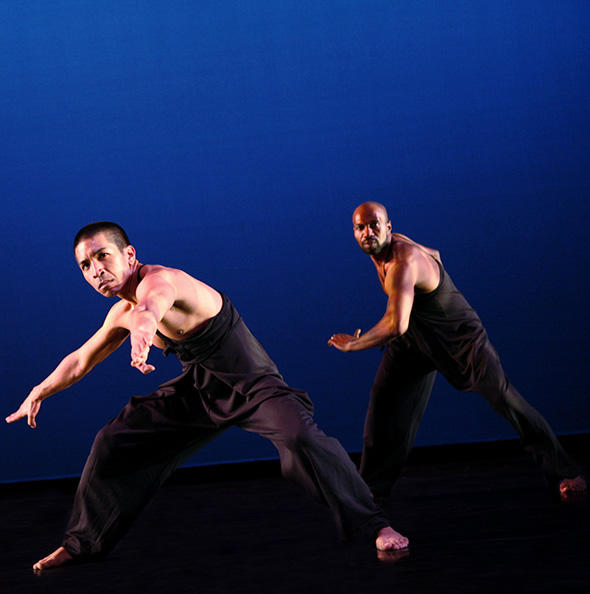 Arcell Cabuag and Ronald K. Brown in Exotica.  Photo © Julieta Cervantes ※写真は記事の公演のものではありません