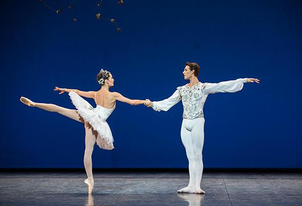 アマンディーヌ・アルビッソン、ユーゴ・マルシャン (C) Opéra national de Paris/ Julien Benhamou